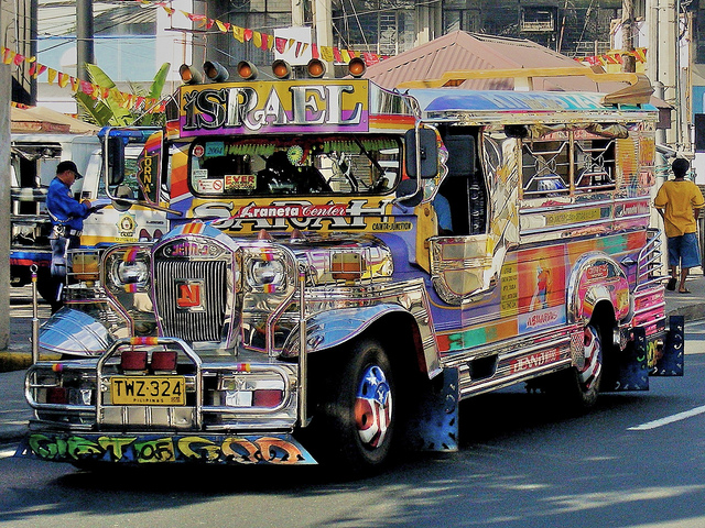 Yuk, naek Jeepney (sumber: livesharetravel.com)