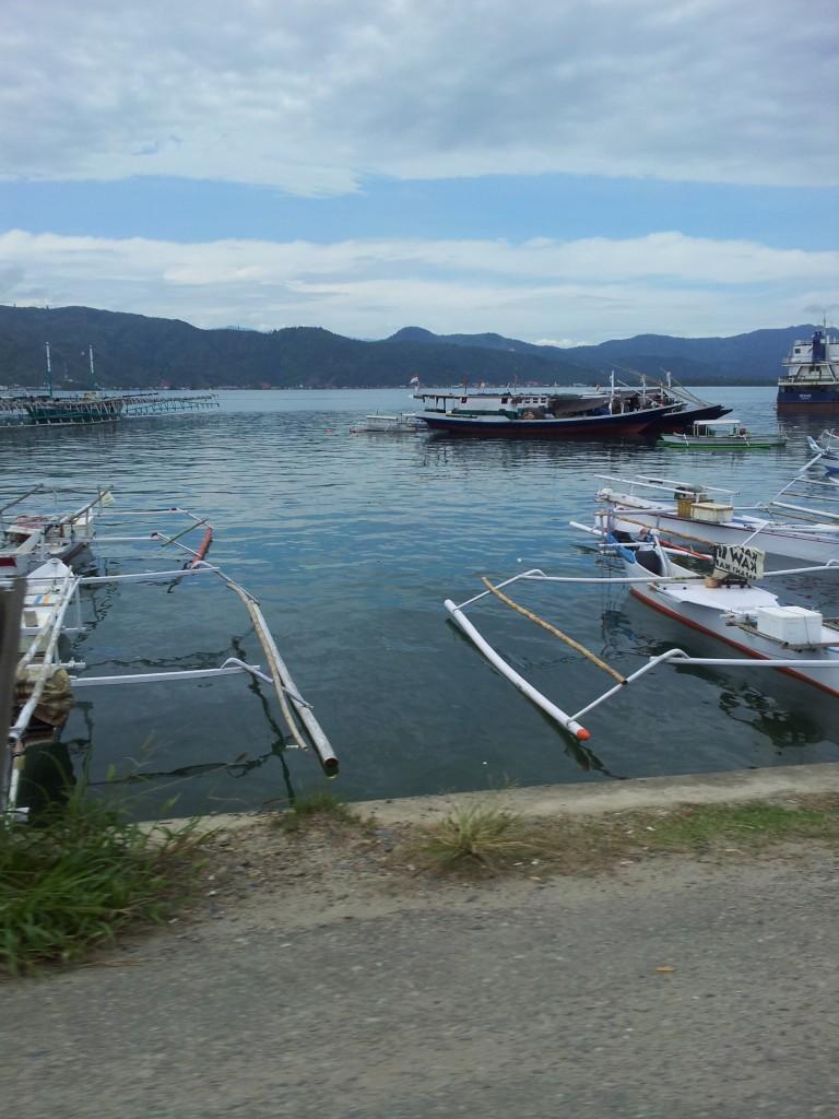 Perahu nelayan di pantai, pinggiran kota