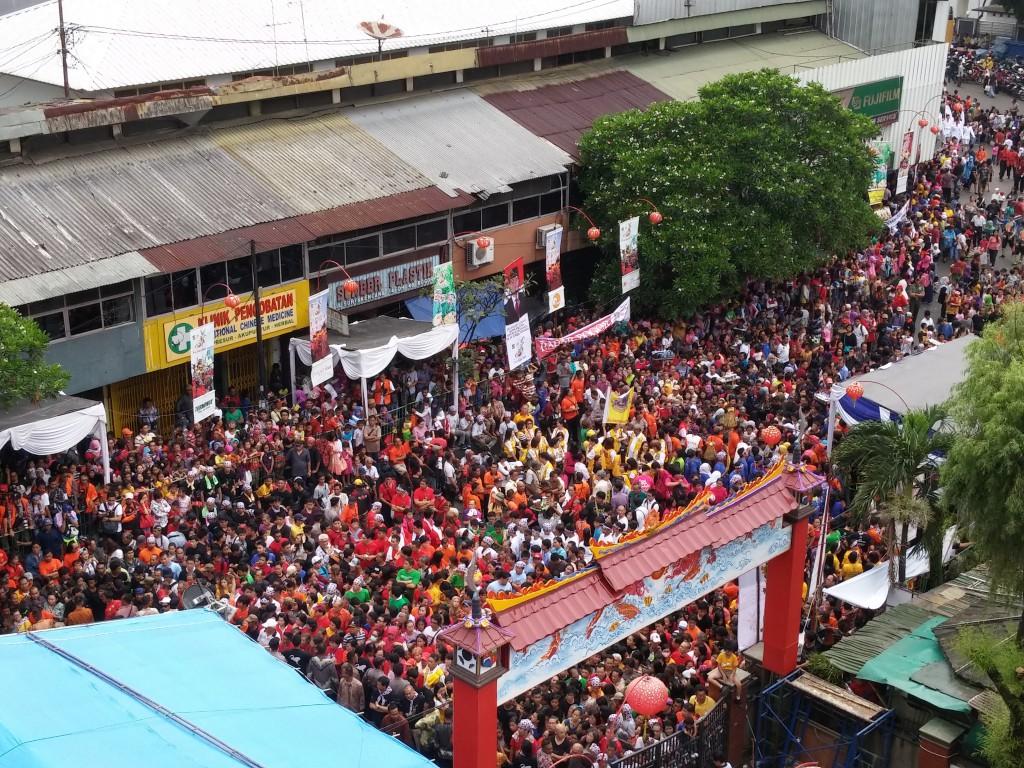 Kerumunan Massa menanti Pak Presiden. Gimana bisa lolos, cobaa??