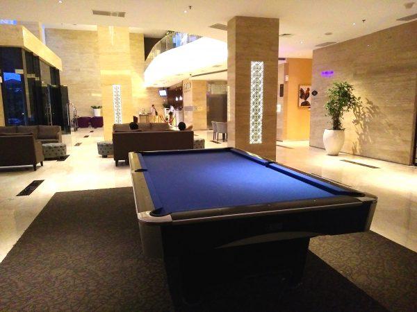 Lobby luas lengkap dengan meja billiard